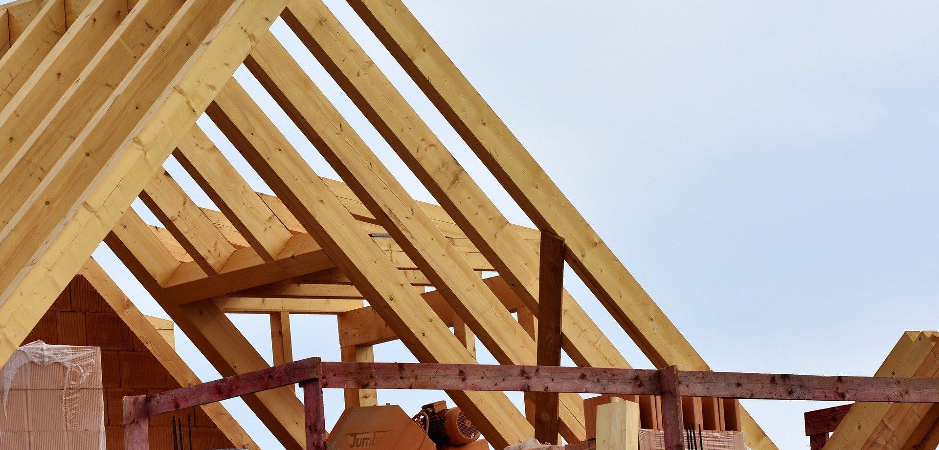 Ein Dachstuhl aus Holz
