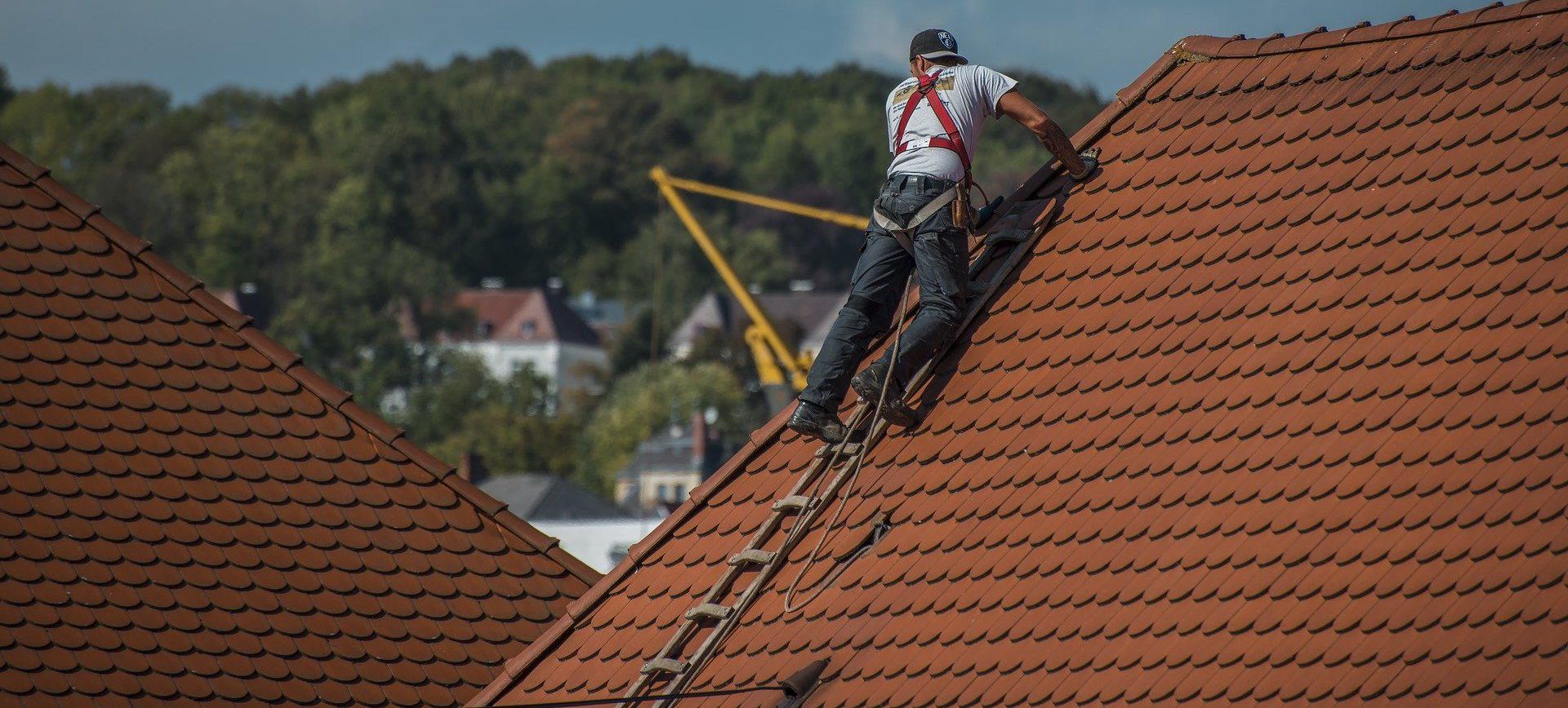 Mann auf einem Dach